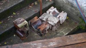 Jedes einzelne dieser Eisenteile wiegt geschätzt 70 kg.