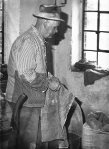 Bis ins hohe Alter arbeitete Heinrich Zumbülte (1888-1984) in seiner Mühle.